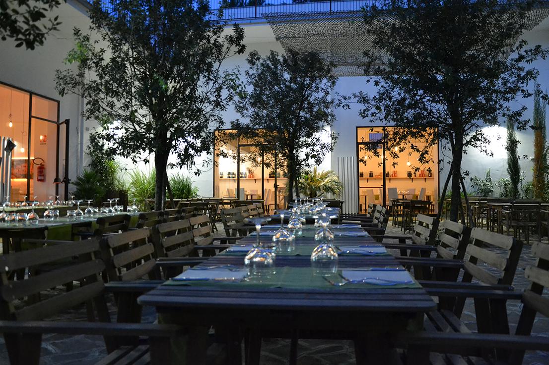 Home il cortile ristorante for Piani di casa con spazio di vita all aperto